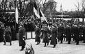 Sõjaväeüksused marsivad mööda tribüünist, kus Eesti riigijuhid paraadi vastu võtavad.