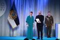President Kersti Kaljulaid andis üle teenetemärgid. Harry Kõrvits – näitleja ja muusik.