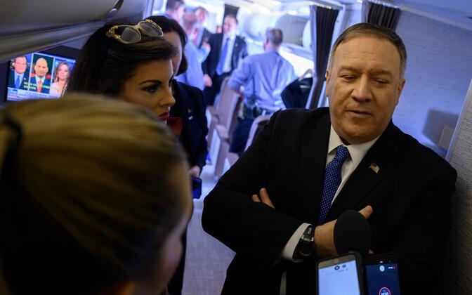 USA välisminister Mike Pompeo lennukis ajakirjanikega rääkimas.