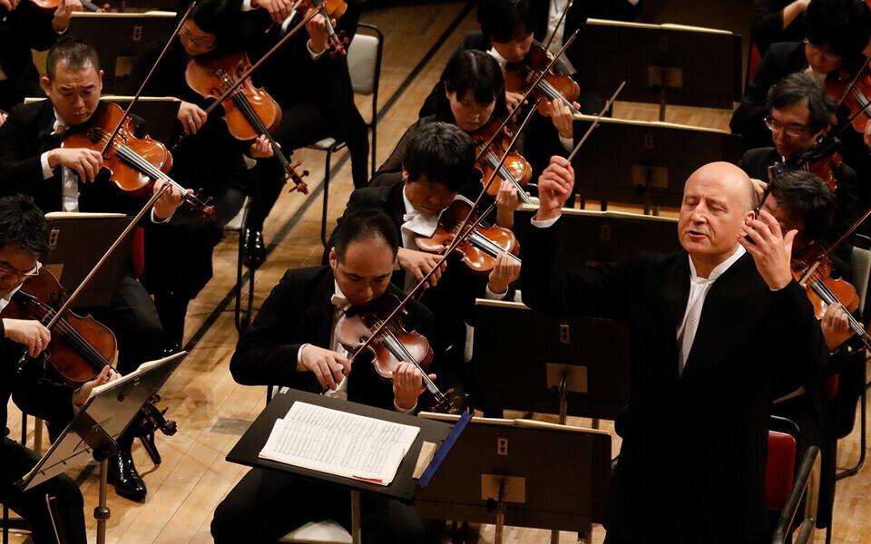 NHK sümfooniaorkester koos dirigent Paavo Järviga.
