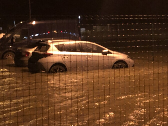 Fotod: autod jäid Rohuküla parklas vee kätte