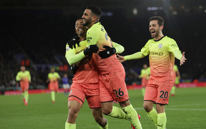 Manchester City mängijad väravat tähistamas