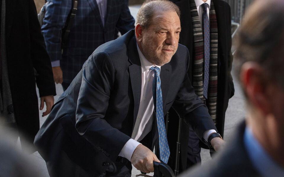 Harvey Weinstein saabus esmaspäeval kohtusse rulaatorit kasutades.