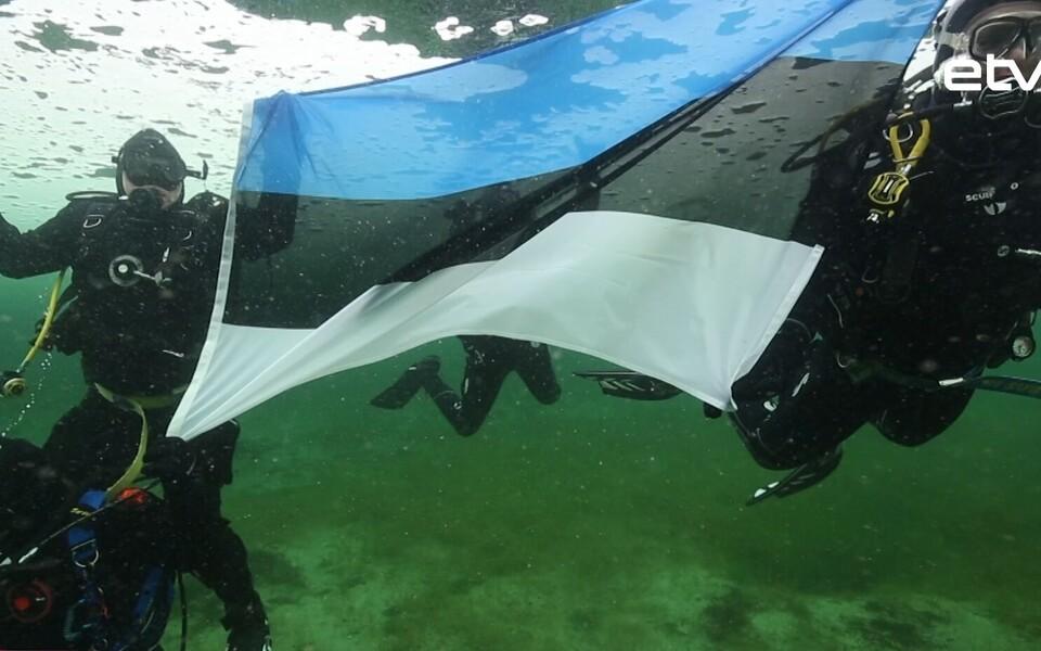 Флаг ЭР под водой.