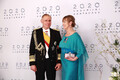 Гости президента Керсти Кальюлайд и Георги-Рене Максимовского позируют на фоне фотостены в театре