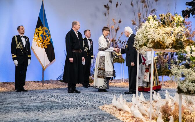 President Kersti Kaljulaid tervitab president Arnold Rüütlit