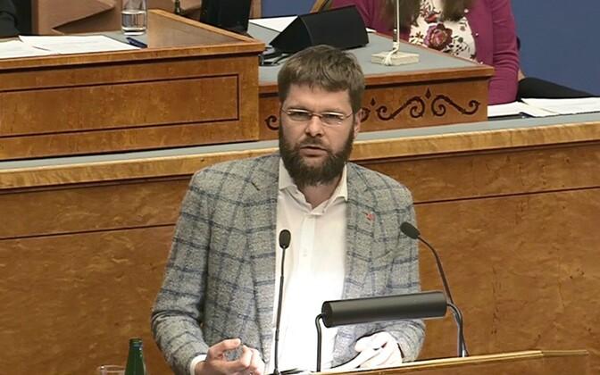 Jevgeni Ossinovski ravimiseaduse muutmise seaduse eelnõu esitlemas.