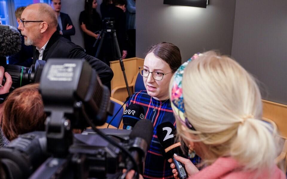 Бетина Бешкина после окончания внеочередного заседания оказалась в центре внимания работников СМИ.