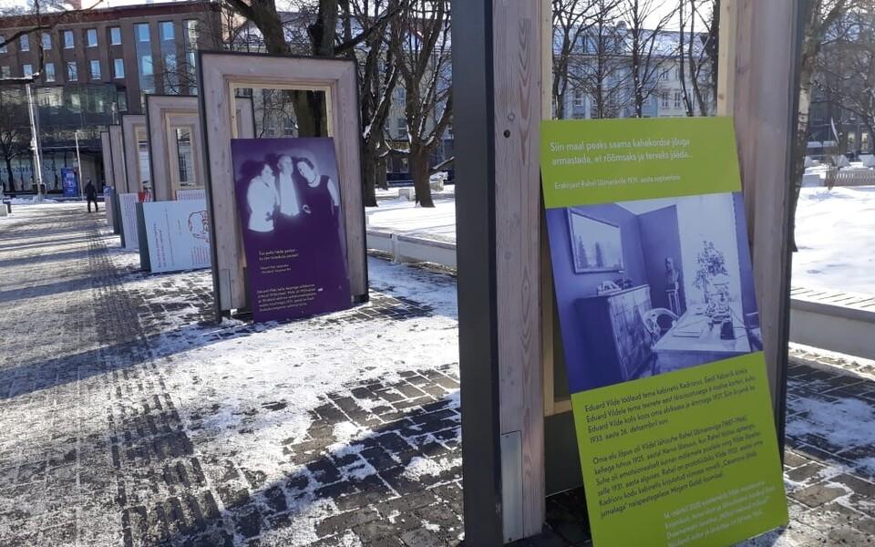 Foto Eduard Vilde 155. sünniaastapäeva näituse paigaldamisest Tammsaare pargis.