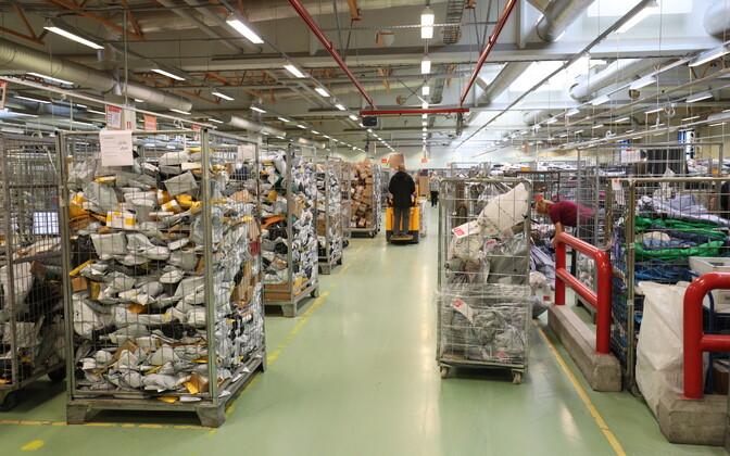 Postipakid, millest enamiku moodustavad ostud e-poodidest, Eesti Posti sorteerimiskeskus