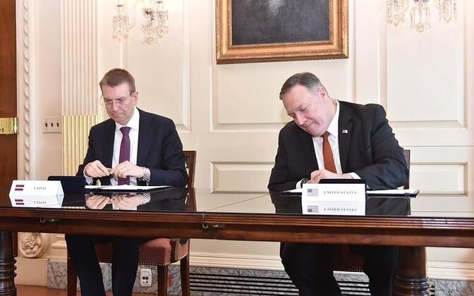 Välisministrid Rinkevics ja Pompeo ühisdeklaratsiooni allkirjastamas.