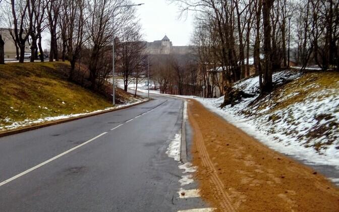 Sand-gritted sidewalk on Raja Street, Narva.