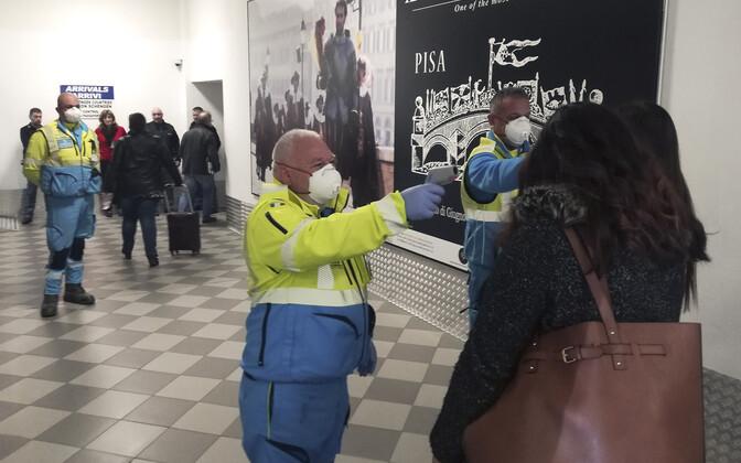 Санитарный контроль в итальянском аэропорту.