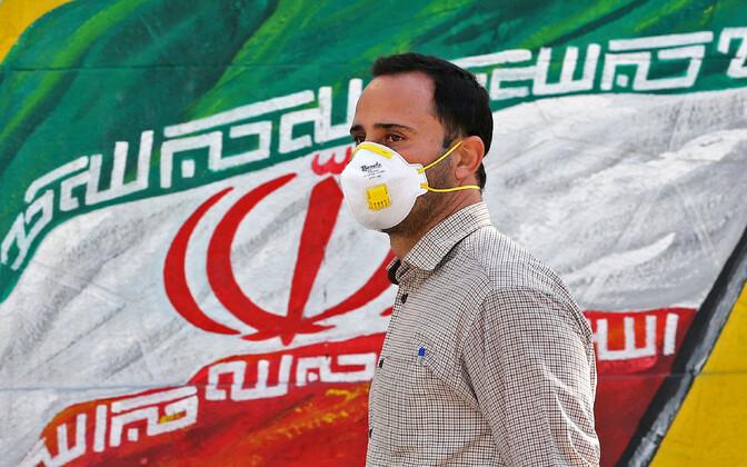 Näomaskiga iraanlane Teheranis.