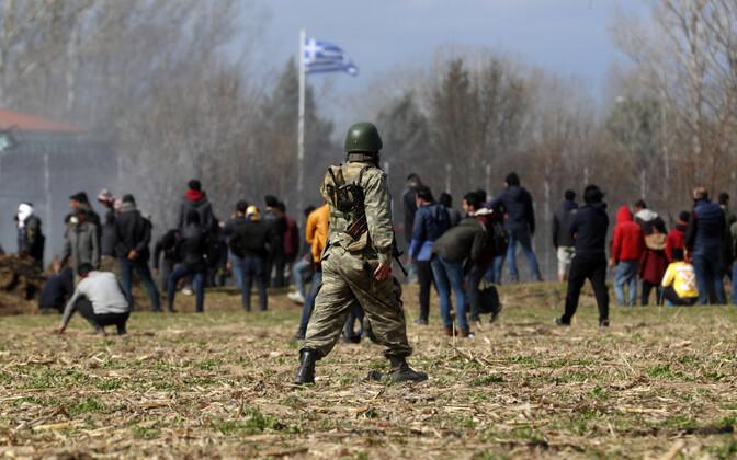 Migrandid üritavad Türgist üle Kreeka piiri tungida, esiplaanil Türgi sõdur.
