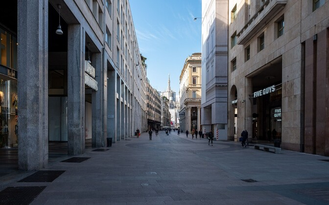 Inimestest tühi Milano kesklinna tänav.