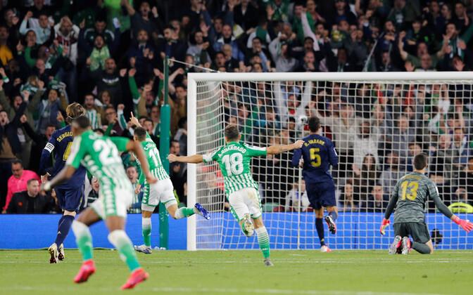 Real Betisi mängijad Cristian Tello võiduväravat tähistamas