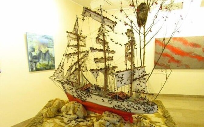 Paul Rodgers oli puistanud meremeeste endi voolitud meetripikkuse vana laevamudeli üle surnud mesilastega.