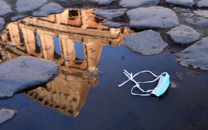 Mahavisatud kaitsemask Roomas Colosseumi ees.
