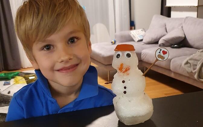 5-aastane Christiano jaanipäeva-lumememmega