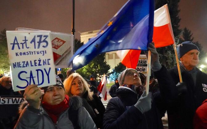 Meeleavaldajad Poola kohtureformi vastu protestimas.