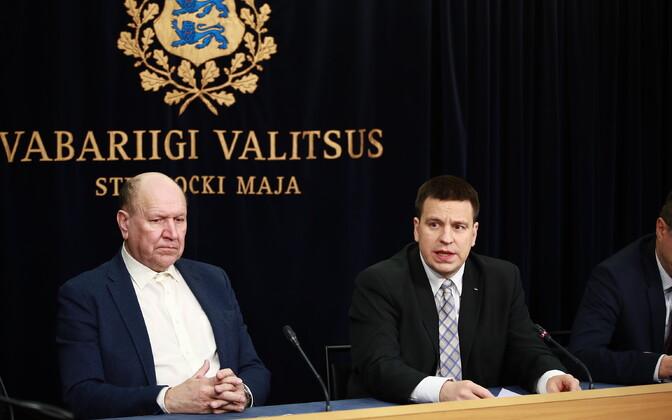 Март Хельме и Юри Ратас на экстренной пресс-конференции.