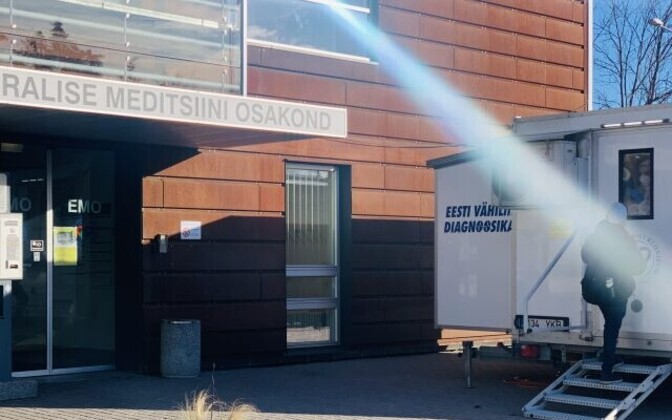 Mobile unit in front of the doors to the ER at Tartu University Hospital (TÜK).