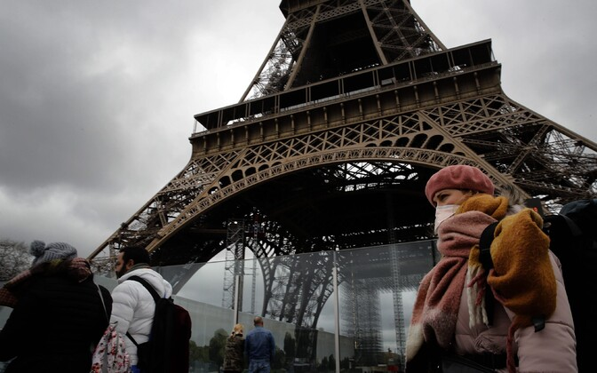 Turistid Eiffeli torni ees.