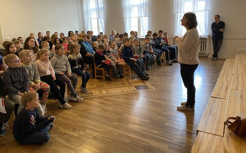Laupa kooli õpetajad pidasid kriisikoosolekut, koolipàev lôppes aktusega, kus räägiti koduõppest ja tähistati emakeelpäeva.