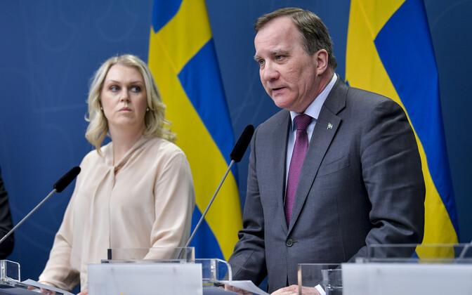 Rootsi sotsiaalminister Lena Hallengren ja peaminister Stefan Löfven reedel koroonaga võitlemise meetmeid tutvustamas.