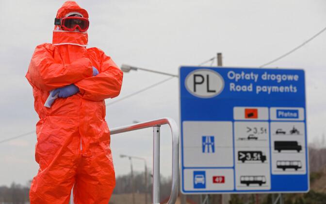Poola võimuesindaja riigipiiril kontrolli teostamas.