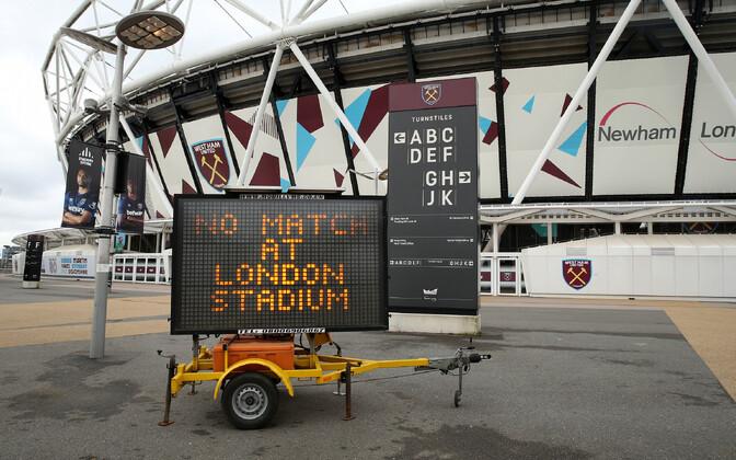 LED-ekraan Londonist, mis annab teada, et jalgpallimänge ei toimu.