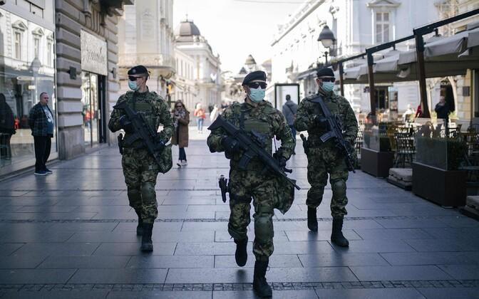 Kaitsemaski kandvad sõjaväelased Belgradis.