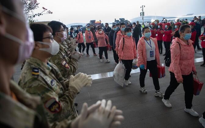 Wuhani saabuvate uute meedikute vastuvõtt lennujaamas.
