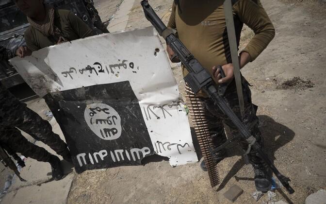 Iraagi sõjaväelased ISIS-e lipuga pärast Fallujahi vabastamist.