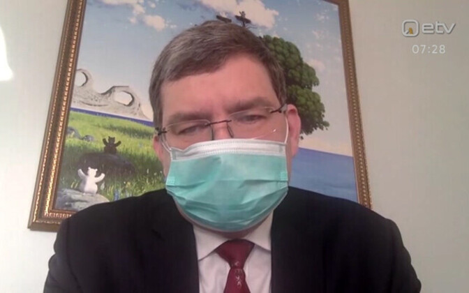 Edward Laane appearing on ETV wearing a mask.