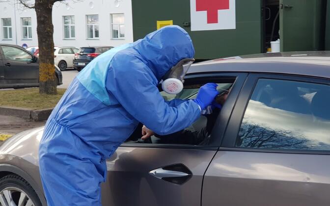 Анализы для проверки на коронавирус берут прямо на стоянке перед больницей.