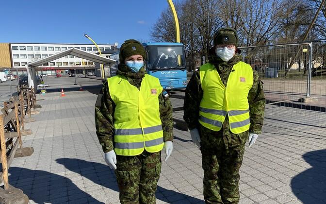 Women's Voluntary Defense Organization (Naiskodukaitse) volunteers at a coronavirus testing point in Viljandi.
