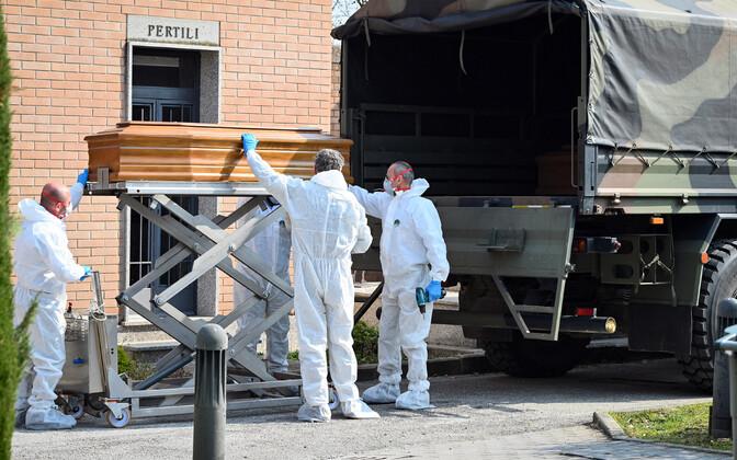 Itaalia armee on asunud riigis kirstusid matustele transportima.