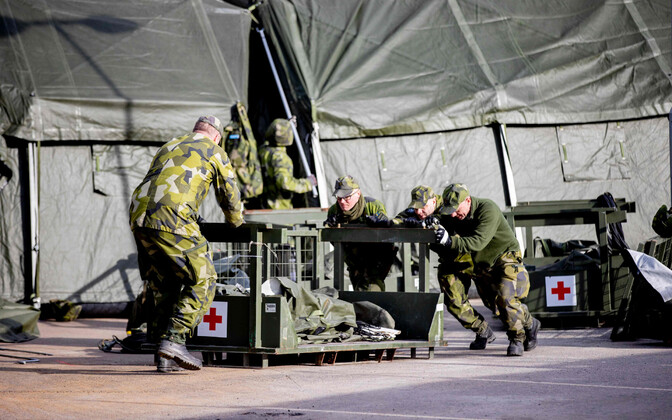 Шведские военнослужащие собирают полевой госпиталь в Гетеборге.