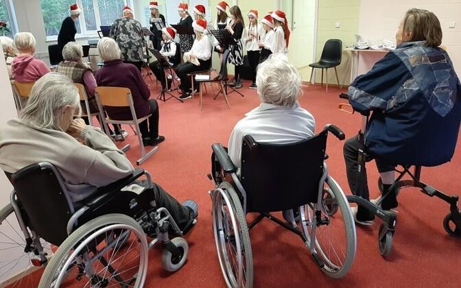 Жильцы дома престарелых на Сааремаа во время рождественского концерта.