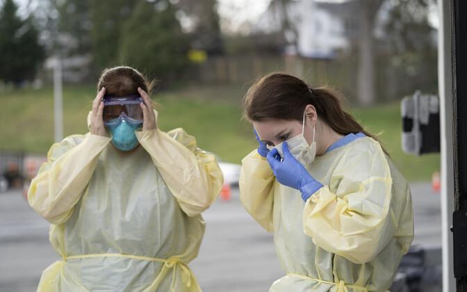 Дефицит защитного снаряжения повышает риск заражения среди медицинских работников.