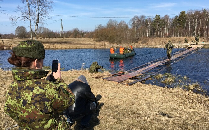 Conscripts building a running bridge over the Valge River.