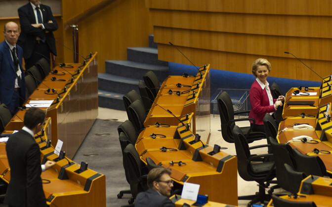Евродепутаты впервые в истории ЕП проголосовали дистанционно. На заседании присутствовали только лидеры или представители политических партий Европарламента.