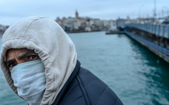 Näomaskiga mees Istanbulis.