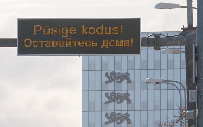 Püsige kodus intotahvel Tallinnas Liivalaia tänava kohal