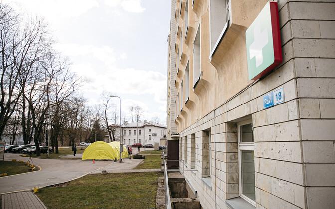 Здание Ида-Таллиннской центральной больницы на улице Рави  в Таллинне.