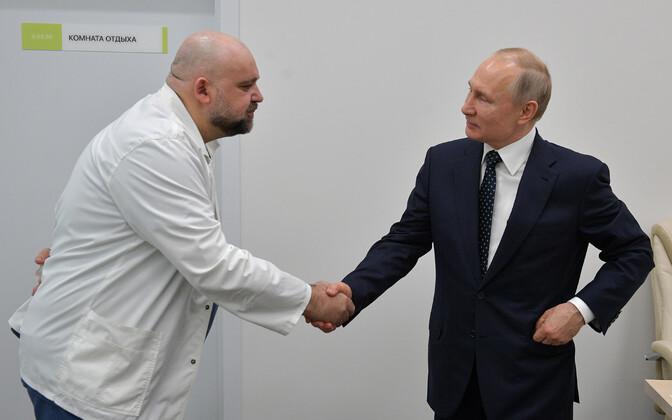 Главврач больницы в Коммунарке Денис Проценко и президент РФ Владимир Путин.