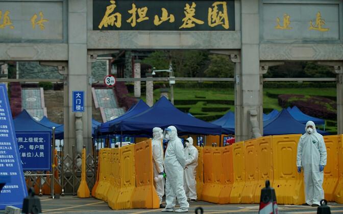 Kaitseriietust kandvad inimesed Wuhanis Biandanshani surnuaias.