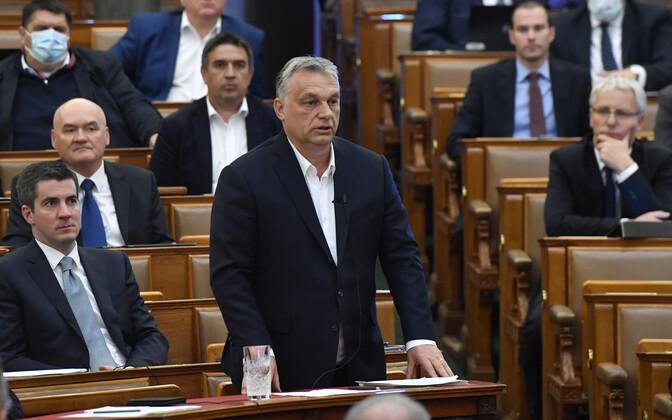Ungari peaminister Viktor Orban esmaspäeval parlamendis oma erimeetmete kava tutvustamas.